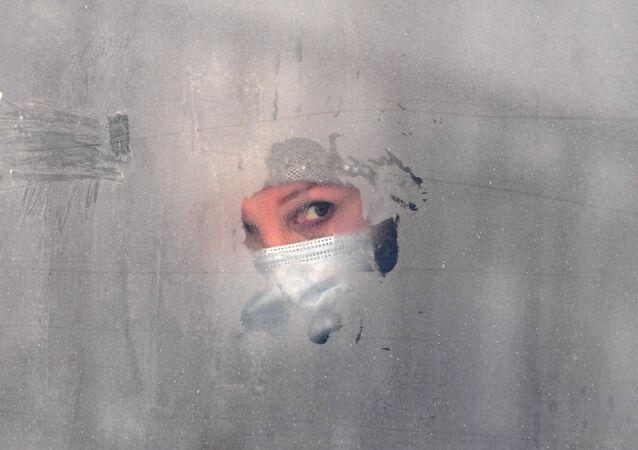 Dziewczyna w masce ochronnej