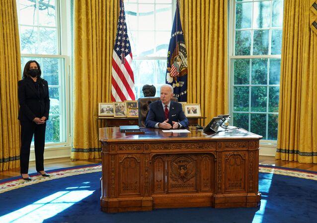 Wiceprezydent USA Kamala Harris stoi obok prezydenta USA Joe Bidena w Białym Domu