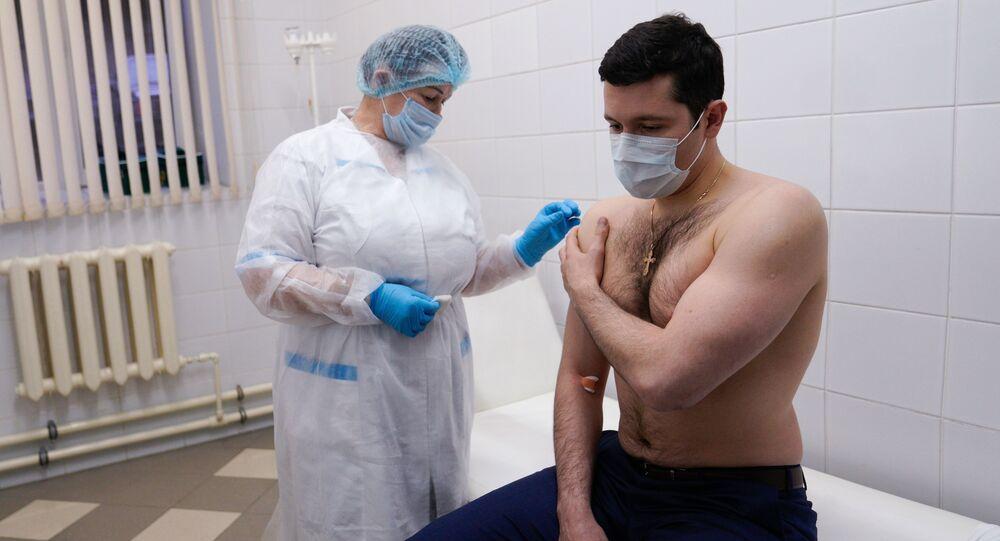 Gubernator obwodu kaliningradzkiego Anton Alichanow podczas szczepienia na SARS-CoV-2 szczepionką EpiVacCorona.