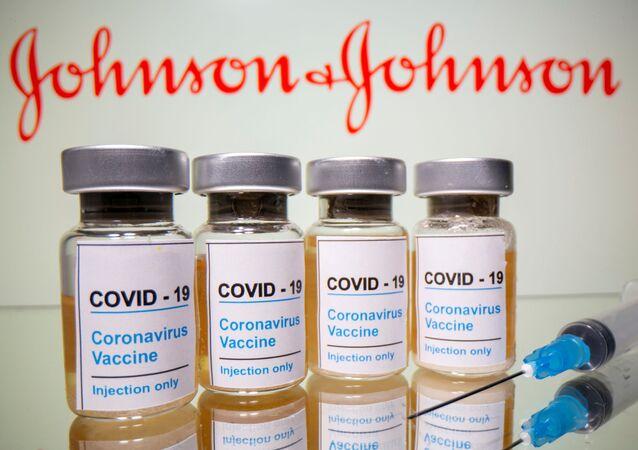 Szczepionka i logo firmy Johnson & Johnson.
