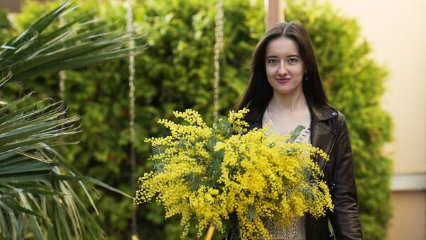 Dziewczyna z bukietem z mimozy w Soczi - Sputnik Polska