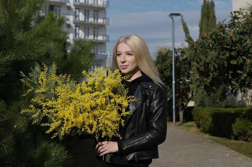 Dziewczyna z bukietem z mimozy w Soczi