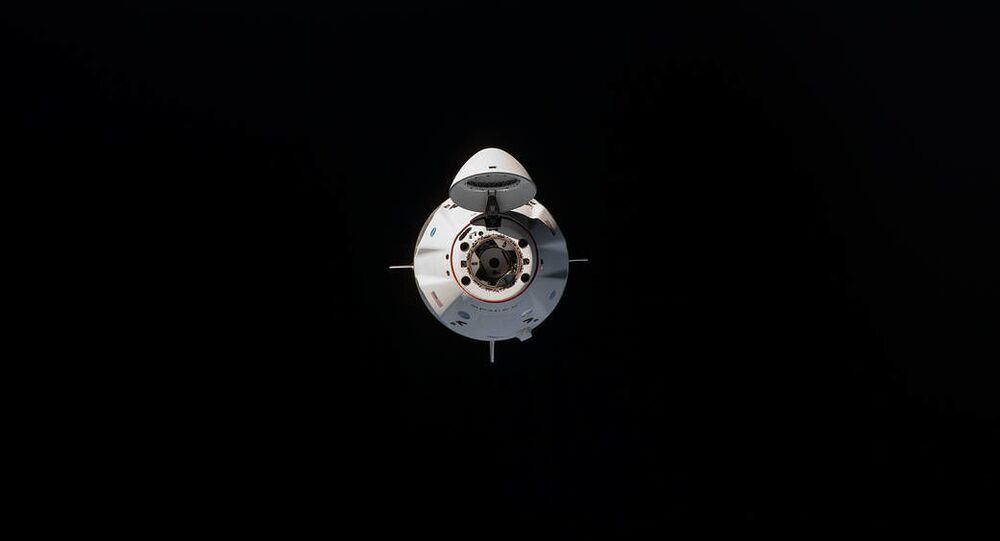 Statek kosmiczny Crew Dragon przed cumowaniem do Międzynarodowej Stacji Kosmicznej.