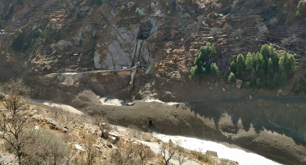 Uszkodzenie tamy po zejściu mas lodowych w indyjskim stanie Uttarakhand.