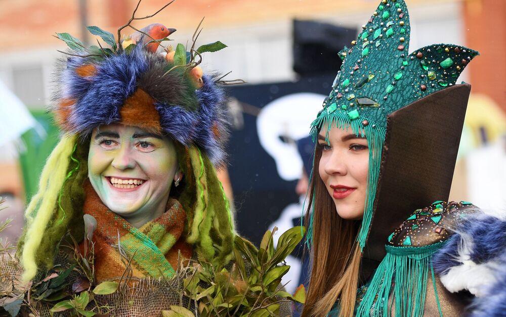 Uczestnicy festiwalu kreatywnych sanek SUNNYFEST w Tatarstanie