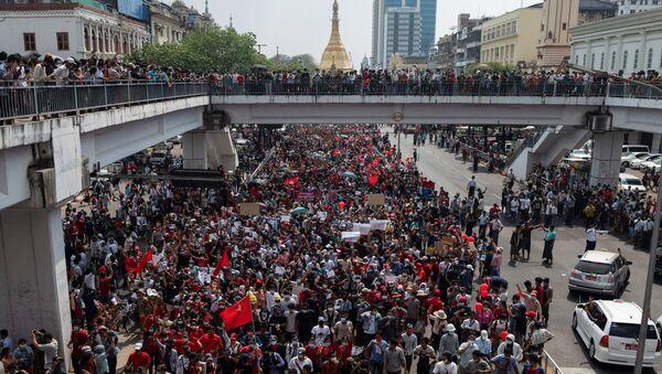 W niedzielę w kilku miastach Mjanmy odbywają się masowe protesty przeciwko przejęciu władzy przez armię. - Sputnik Polska