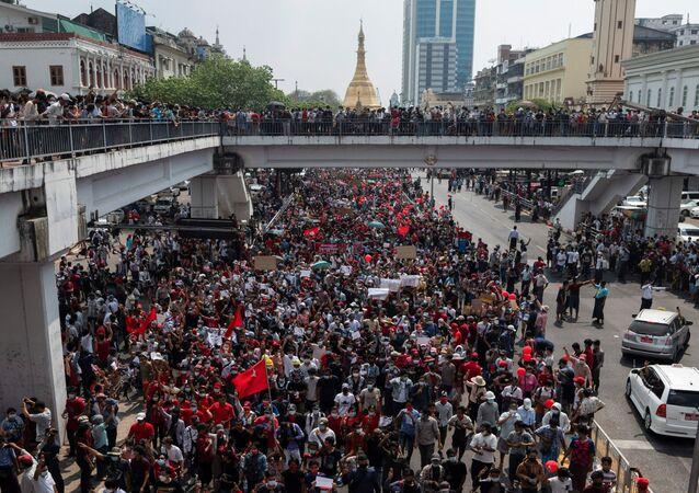 W niedzielę w kilku miastach Mjanmy odbywają się masowe protesty przeciwko przejęciu władzy przez armię.