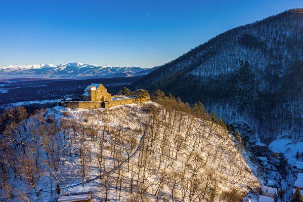 Zdjęcie ufortyfikowanego kościoła Cisnădioara zimą autorstwa fotografa Adriana Arsu, zwycięzcy konkursu Wiki Loves Monuments 2020 wśród uczestników z Rumunii - Sputnik Polska