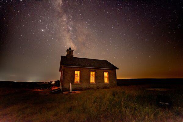 Zdjęcie szkoły Lower Fox Creek w pogodną letnią noc na prerii Kansas autorstwa amerykańskiego fotografa Steve'a Ferro, który wygrał konkurs Wiki Loves Monuments 2020 wśród uczestników z USA - Sputnik Polska