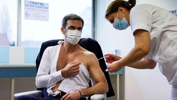 Minister zdrowia Francji Olivier Veran zaszczepił się przeciwko koronawirusowi - Sputnik Polska