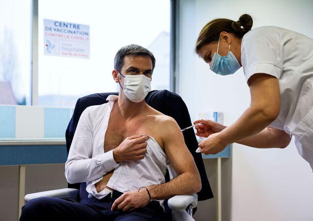 Minister zdrowia Francji Olivier Veran zaszczepił się przeciwko koronawirusowi