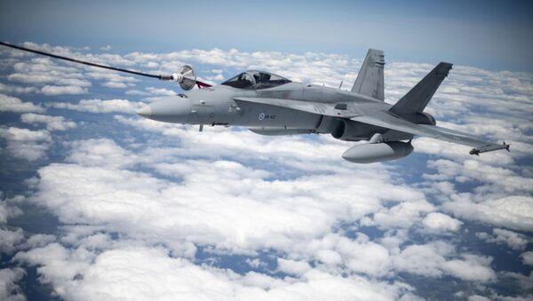 Myśliwiec F/A-18 Hornet Sił Powietrznych Finlandii podczas tankowania w powietrzu przez amerykański samolot Stratotanker KC-135 - Sputnik Polska