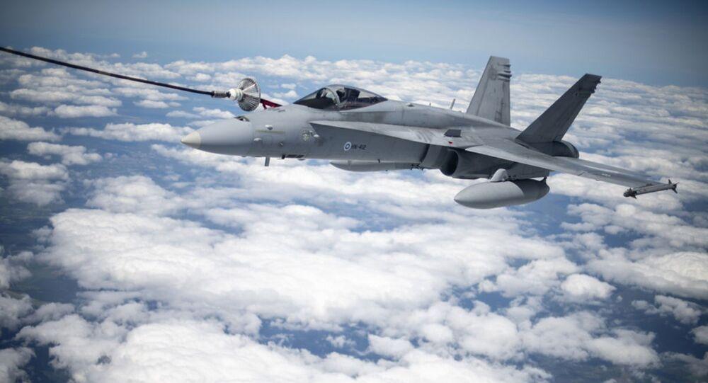 Myśliwiec F/A-18 Hornet Sił Powietrznych Finlandii podczas tankowania w powietrzu przez amerykański samolot Stratotanker KC-135