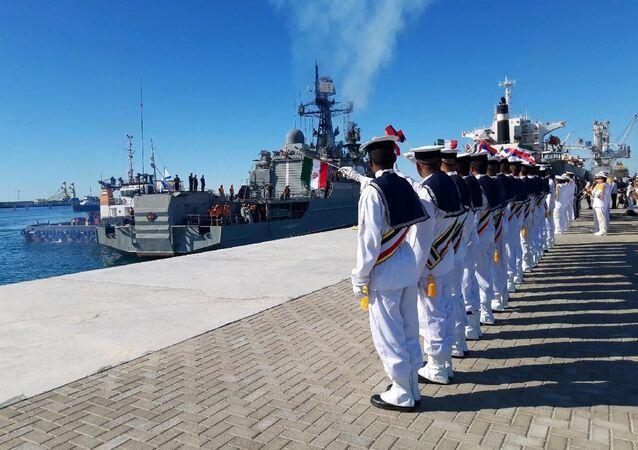 """Irańscy marynarze witają rosyjski statek patrolowy """"Jarosław Mądry"""" podczas wspólnych ćwiczeń morskich Rosji, Iranu i Chin na Oceanie Indyjskim"""