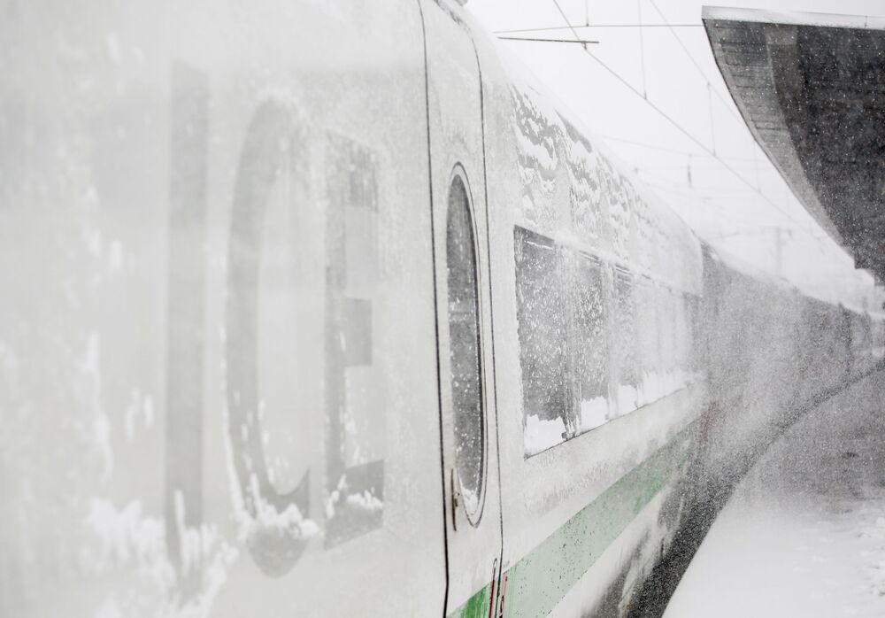 Zaśnieżony pociąg na dworcu w Dortmundzie