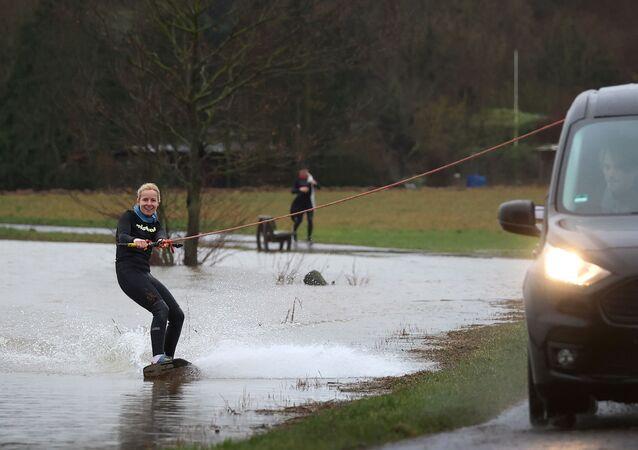 Dziewczyna na wakeboardzie niedaleko Frankfurtu