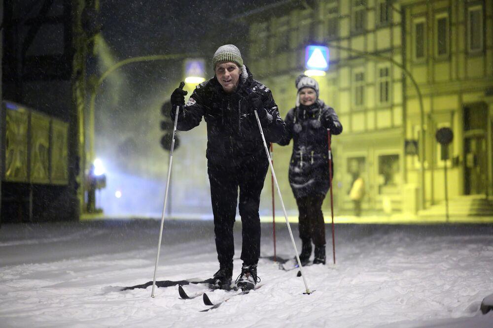 Ludzie na nartach w Derenburgu