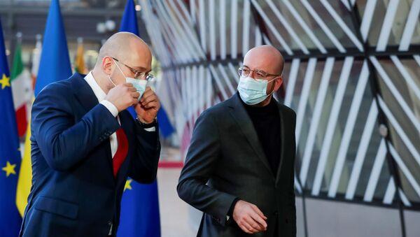 Premier Ukrainy Denis Shmygal i Przewodniczący Rady Europejskiej Charles Michel w Brukseli, Belgia - Sputnik Polska