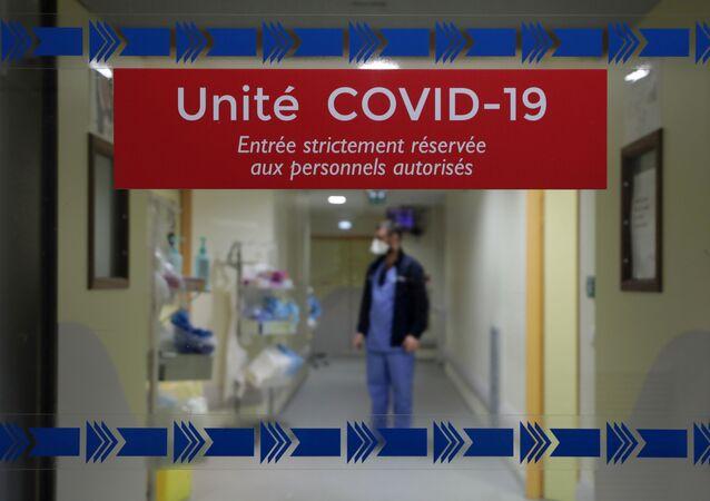 Sanitariusz na oddziale intensywnej terapii dla pacjentów z COVID-19 we Francji
