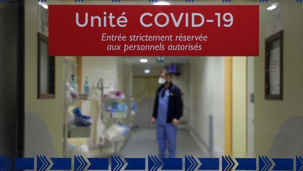 Sanitariusz na oddziale intensywnej terapii dla pacjentów z COVID-19 we Francji - Sputnik Polska
