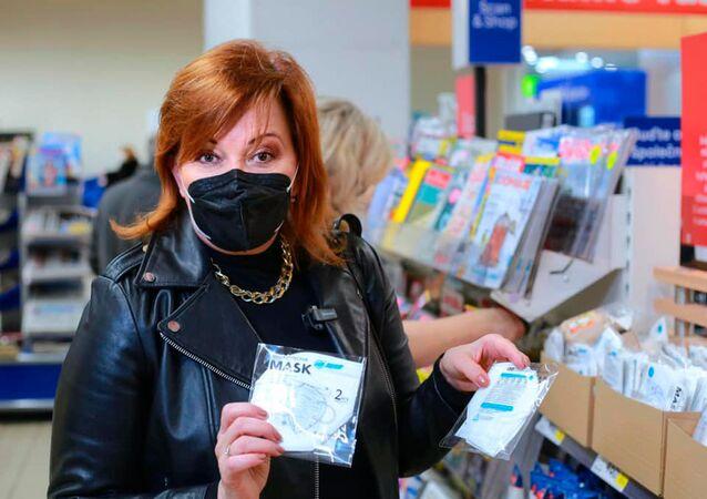 Minister finansów Czech Alena Schillerová podczas wizyty w supermarkecie Tesco w Pradze