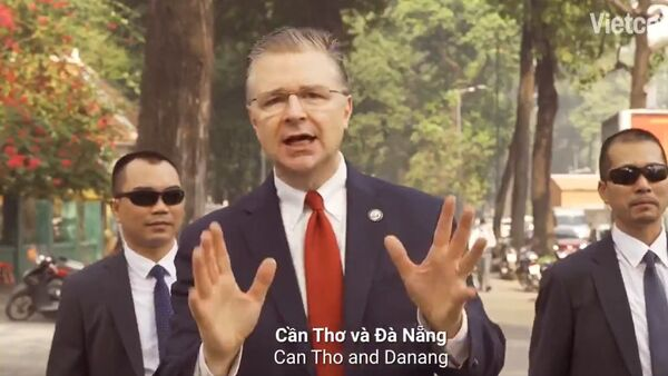 Ambasador USA w Wietnamie Dan Kritenbrink wydał piosenkę rapową z okazji Chińskiego Nowego Roku  - Sputnik Polska