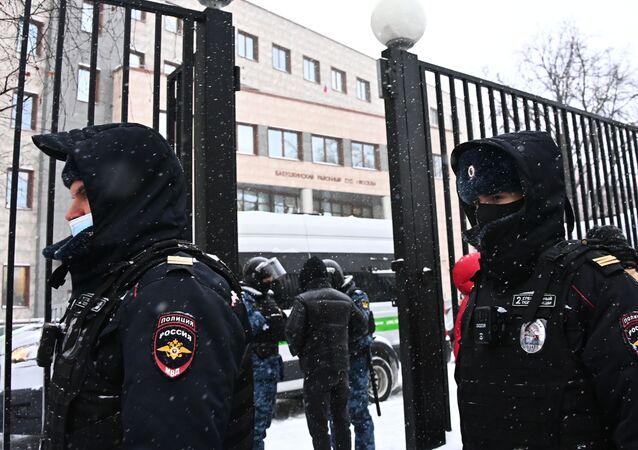 Funkcjonariusze policji w budynku Babuszkinskiego Sądu Rejonowego, gdzie odbędzie się rozprawa w sprawie Aleksieja Nawalnego