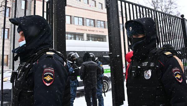 Funkcjonariusze policji w budynku Babuszkinskiego Sądu Rejonowego, gdzie odbędzie się rozprawa w sprawie Aleksieja Nawalnego - Sputnik Polska
