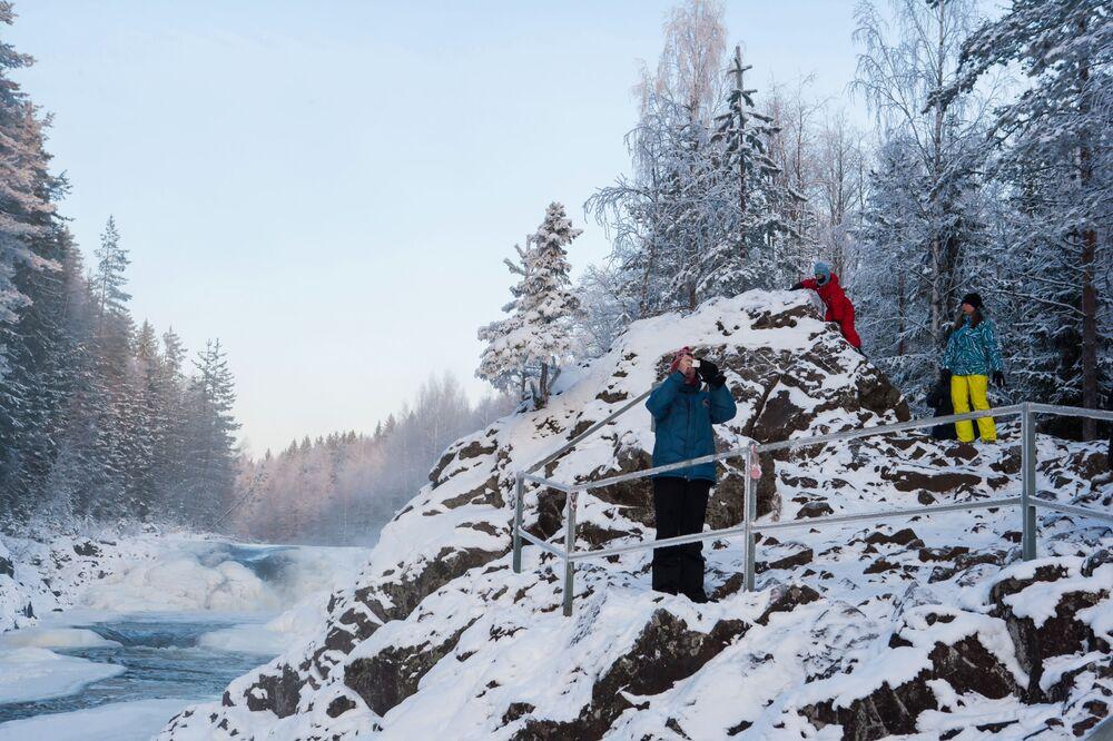 Turyści przy wodospadzie Kiwacz w Republice Karelii