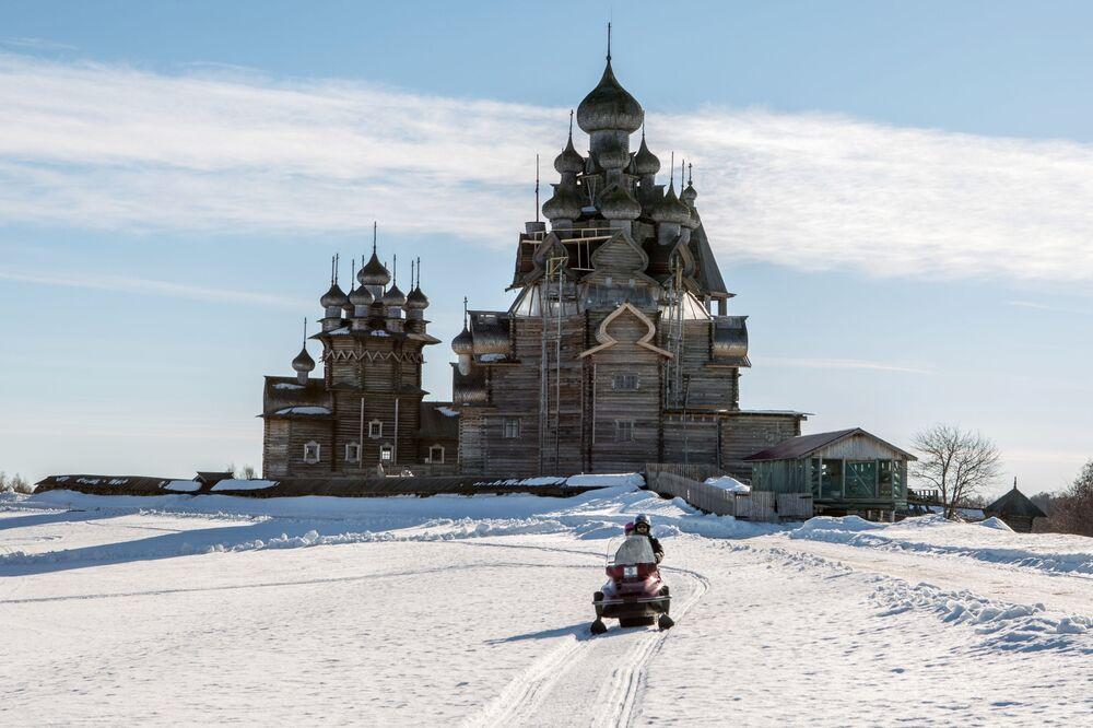 """Skuter śnieżny z turystami na wyspie Kiżi. w rezerwacie muzealnym """"Kiżi"""""""