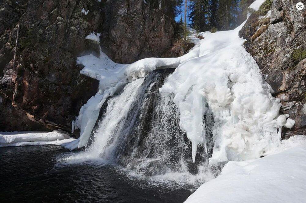 Wodospad w parku Paanajärvi w Karelii