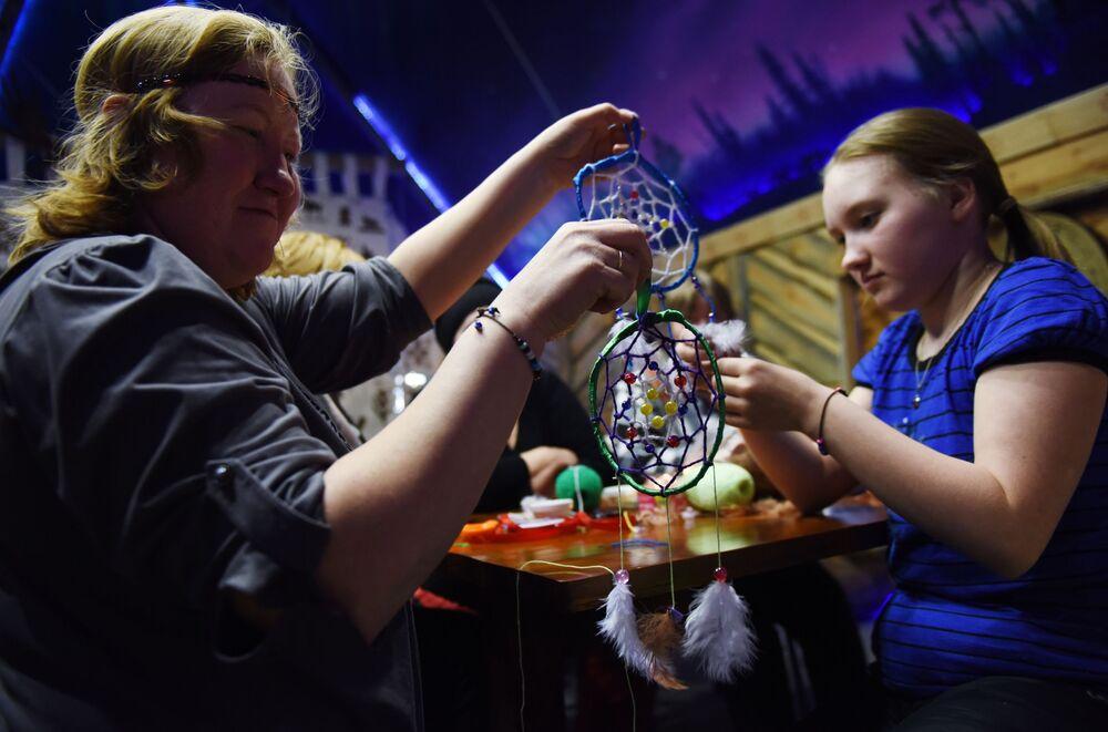 """Szkolenie z tkania osobistego amuletu """"Łapacz snu"""" podczas święta """"Mistyczna Północ"""" w Karelii"""