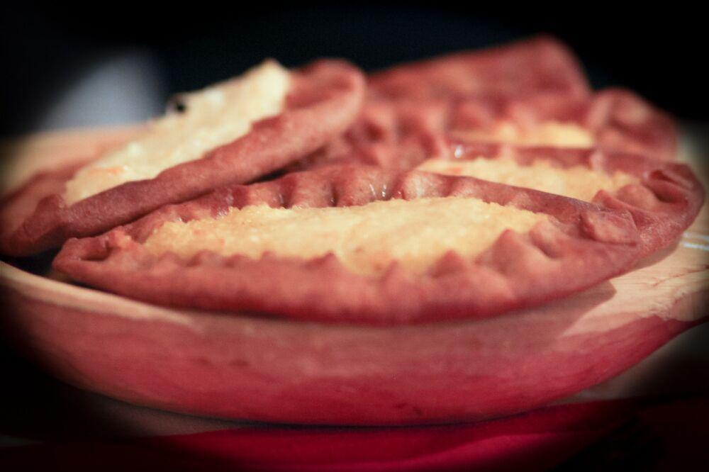 Karelskie kalitki - małe otwarte placki z ciasta żytniego z różnymi nadzieniami, likierami, pastami do smarowania. Tradycyjne danie kuchni karelskiej, wepsańskiej i północno-rosyjskiej