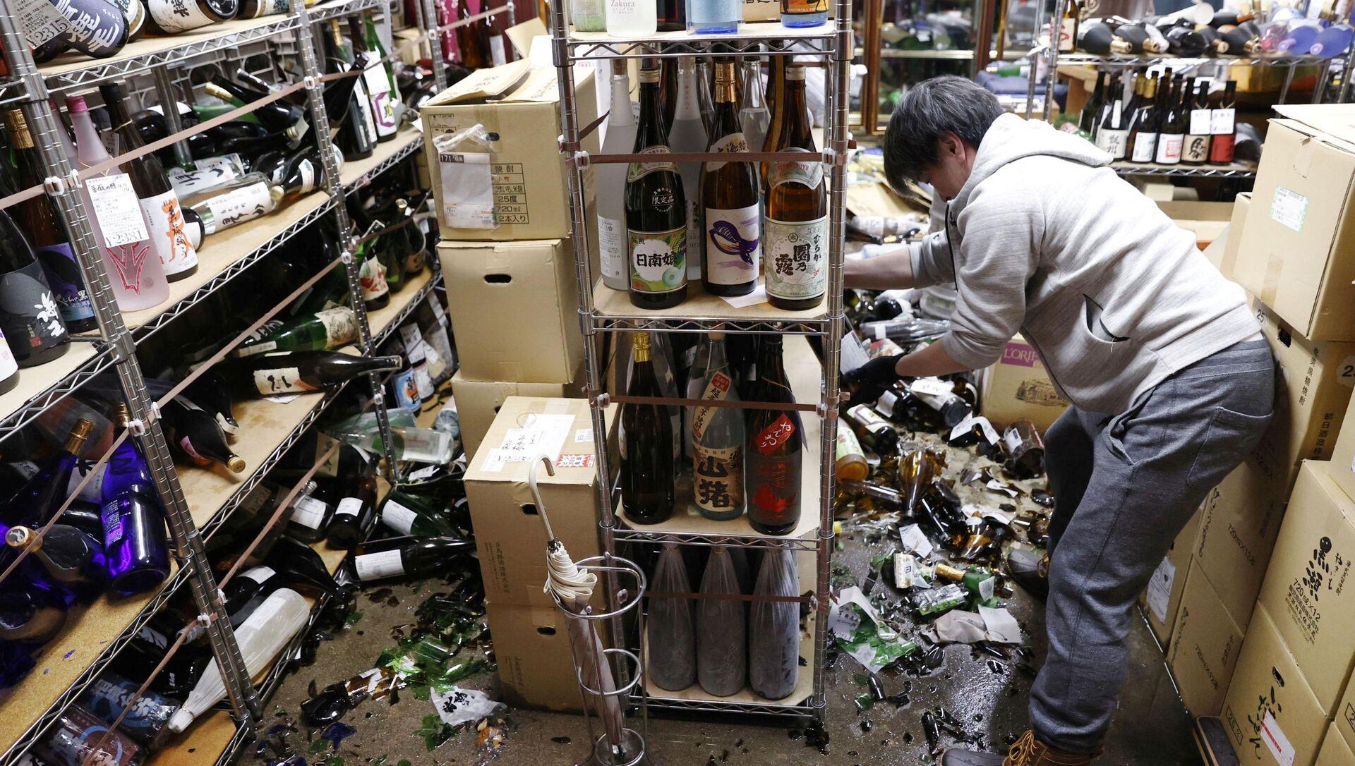 Straty w sklepie z winem po trzęsieniu ziemi, Japonia - Sputnik Polska, 1920, 13.02.2021