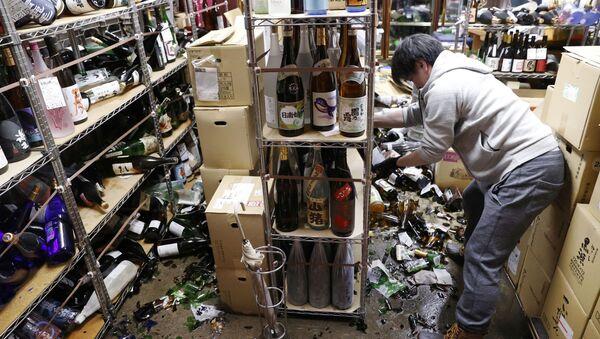 Straty w sklepie z winem po trzęsieniu ziemi, Japonia - Sputnik Polska