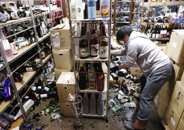 Straty w sklepie z winem po trzęsieniu ziemi, Japonia