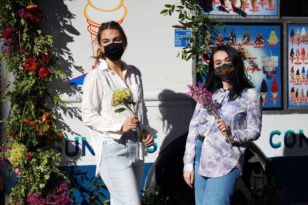 Dziewczyny z bukietami kwiatów w Nowym Jorku