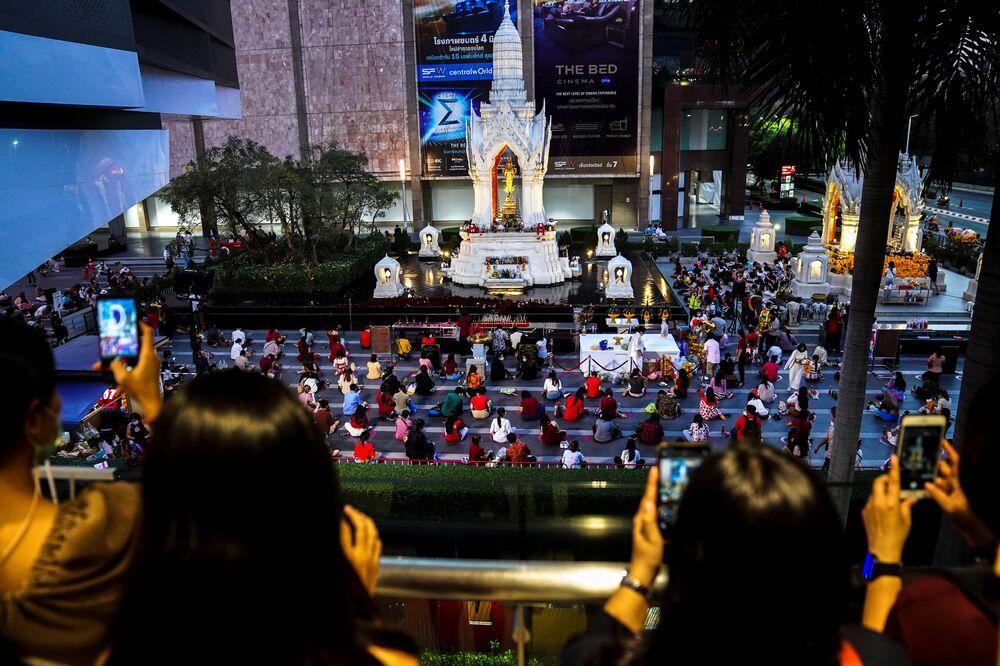 Ludzie modlą się podczas ceremonii religijnej w świątyni Phra Trimurti, Boga miłości, aby życzyć powodzenia w poszukiwaniu bratnich dusz przed Walentynkami, Tajlandia