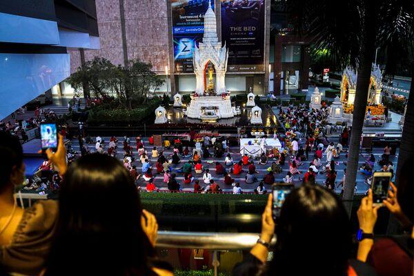 Ludzie modlą się podczas ceremonii religijnej w świątyni Phra Trimurti, Boga miłości, aby życzyć powodzenia w poszukiwaniu bratnich dusz przed Walentynkami, Tajlandia - Sputnik Polska