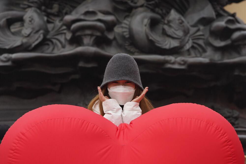 Dziewczyna fotografuje się przy ogromnym balonie w kształcie serca w Pekinie