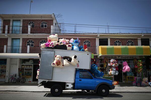 Samochód pełen pluszowych maskotek przywiezie prezent pod twój dom! Prosto, szybko, z gwarantowanym uśmiechem od osoby, która pluszaka otrzyma   - Sputnik Polska