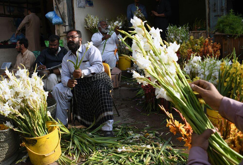 Sprzedawcy kwiatów na bazarze w przeddzień święta zakochanych w Pakistanie