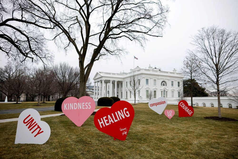 Dekoracje z okazji Walentynek przed Białym domem w Waszyngtonie, USA