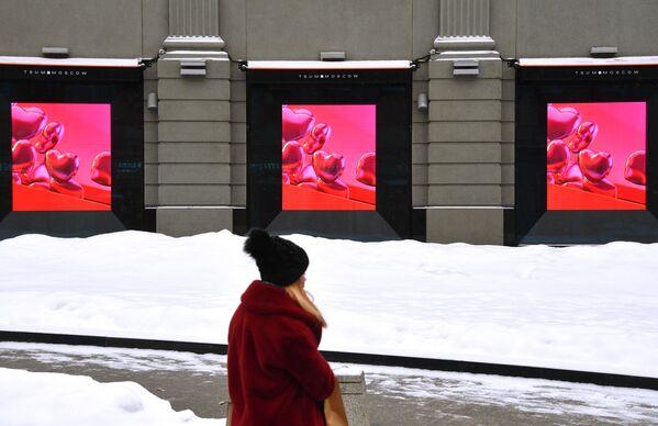 Dziewczyna przechodzi obok galerii handlowej w Moskwie w przeddzień Walentynek  - Sputnik Polska