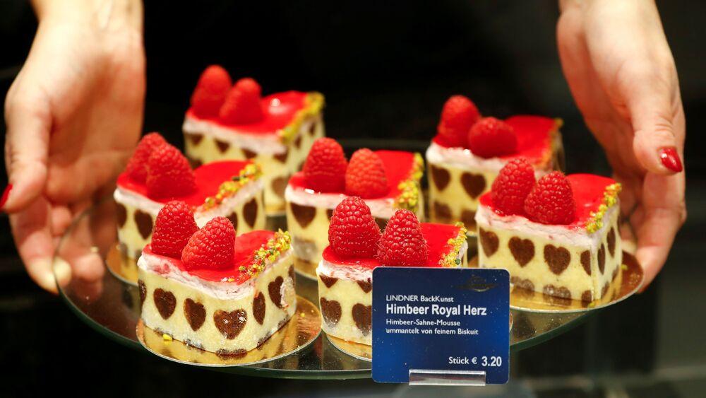 Maleńkie babeczki z serduszkami przygotowane z okazji Walentynek w berlińskiej piekarni