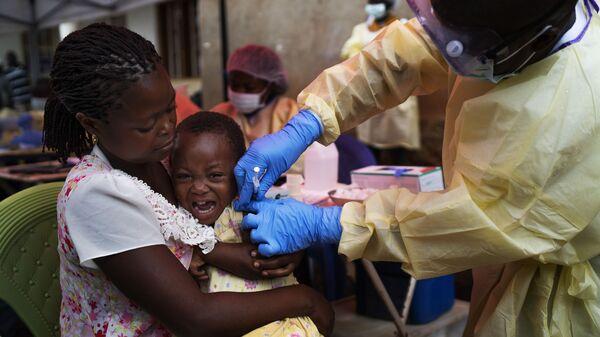 Szczepienia dziecka w Kongo przeciwko wirusowi Ebola - Sputnik Polska