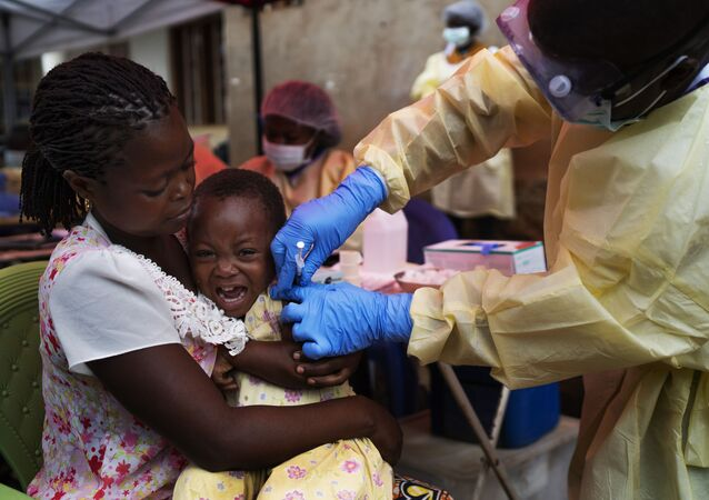 Szczepienia dziecka w Kongo przeciwko wirusowi Ebola