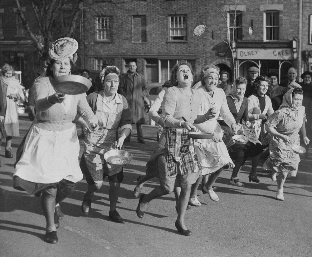 Brytyjskie gospodynie domowe podczas biegu z naleśnikami