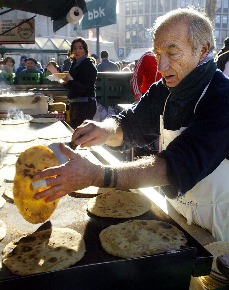 Mężczyzna przygotowuje tradycyjne baskijskie naleśniki na targu w Bilbao