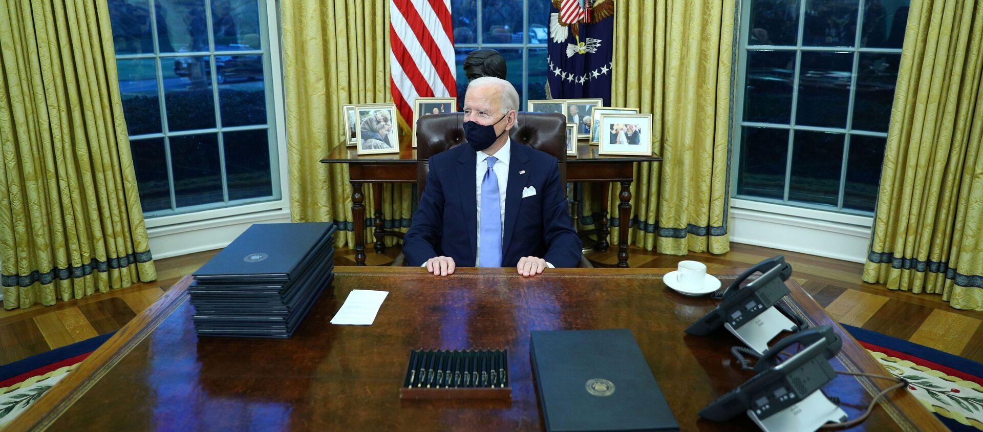 Prezydent USA Joe Biden w Gabinecie Owalnym w Białym Domu - Sputnik Polska, 1920, 14.04.2021